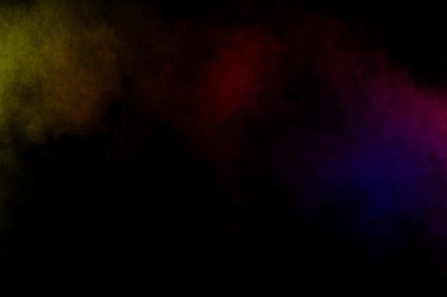 Abstracte kleurenrook op zwarte achtergrond. abstracte kleur rookwolken.