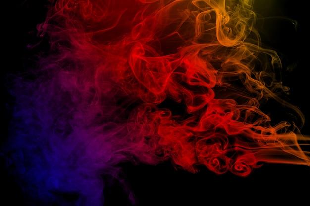 Abstracte kleurenrook op zwarte achtergrond. abstracte kleuren rookwolken.