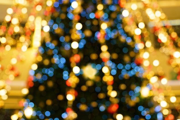 Abstracte kleurrijke achtergrond van wazig bokeh van kerstboom decoratieve licht.