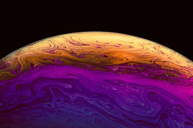 Abstracte kleurrijke levendige gegolfte zeepbel op zwarte achtergrond