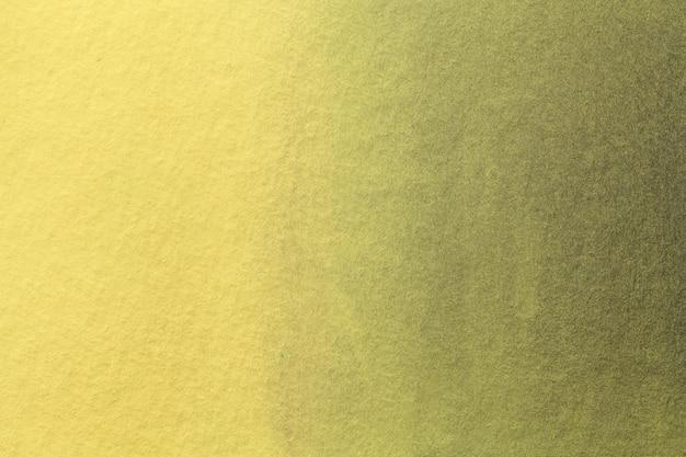 Abstracte kunst lichtgele en gouden kleuren als achtergrond. aquarel op doek met zacht olijfgroen verloop.