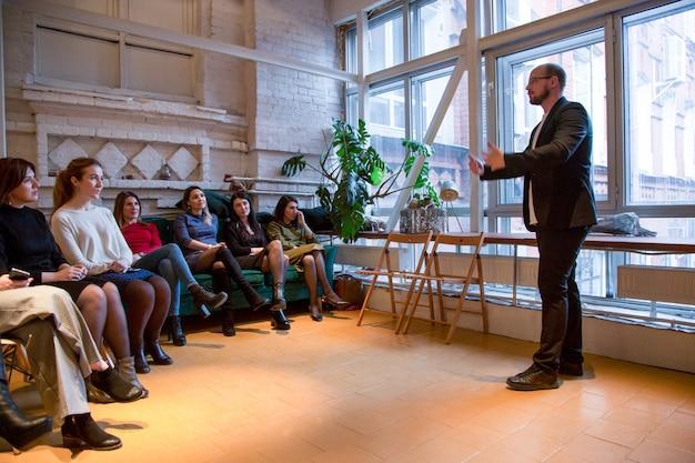 Abstracte mensen lezing in seminarieruimte, onderwijs of opleiding concept