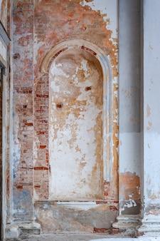 Abstracte minimale architectonische achtergrond, boog niche. fragment van een verlaten gebouw.