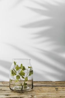 Abstracte minimale conceptobjecten met schaduwen op houten tafel