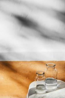 Abstracte minimale glazen potten en schaduwen van de keuken