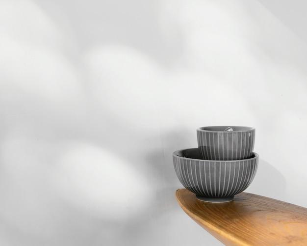 Abstracte minimale keukenschalen kopiëren ruimte vooraanzicht