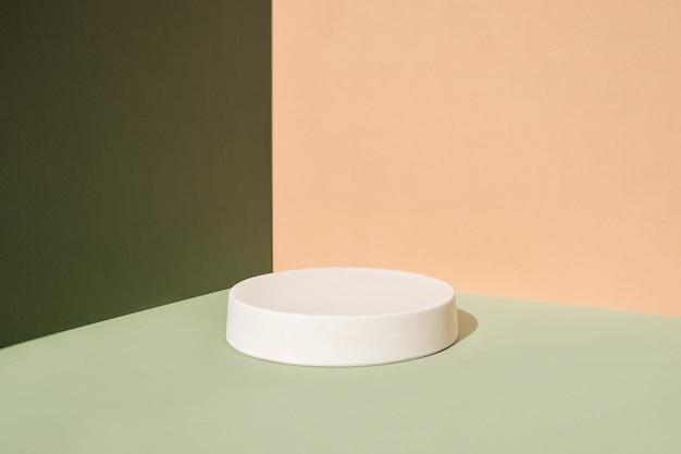 Abstracte minimale scène met geometrische vormen cilinder podia op groene en beige achtergrond abstract...