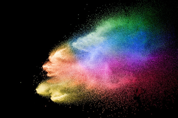 Abstracte multicolored poederexplosie op zwarte achtergrond. kleur stofdeeltje spetterde