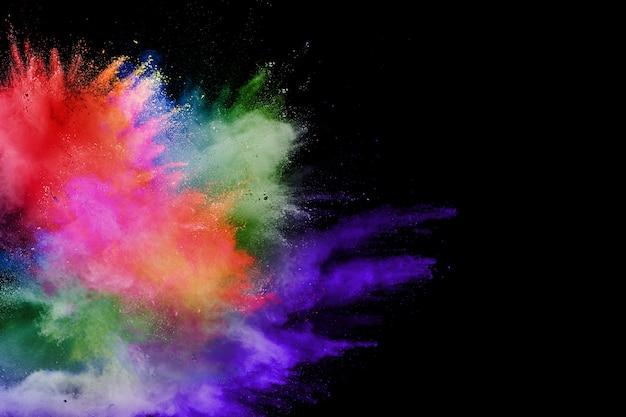 Abstracte multicolored poederexplosie op zwarte achtergrond.