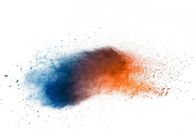 Abstracte multikleurenpoederexplosie op witte achtergrond. bevriezen van beweging van stofdeeltjes die spatten.