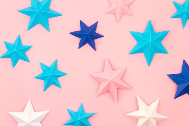 Abstracte muur met kleurrijke papieren origami sterren. plat lag, top uitzicht