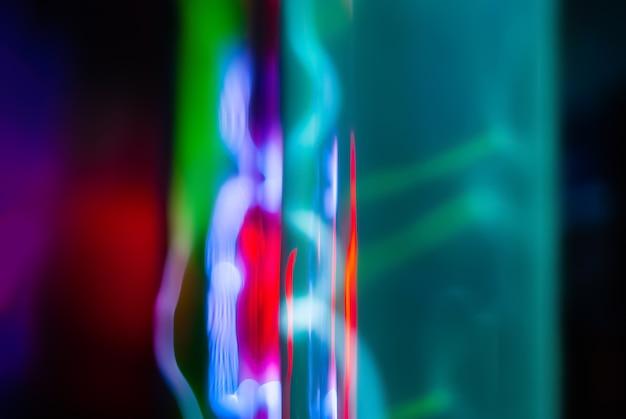 Abstracte neon achtergrond bliksem en gloeiende elektrische ontladingen in kolven met inert gas