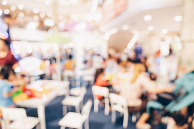 Abstracte onduidelijk beeld achtergrondmenigtemensen in winkelcomplex voor achtergrond, gestemde wijnoogst.