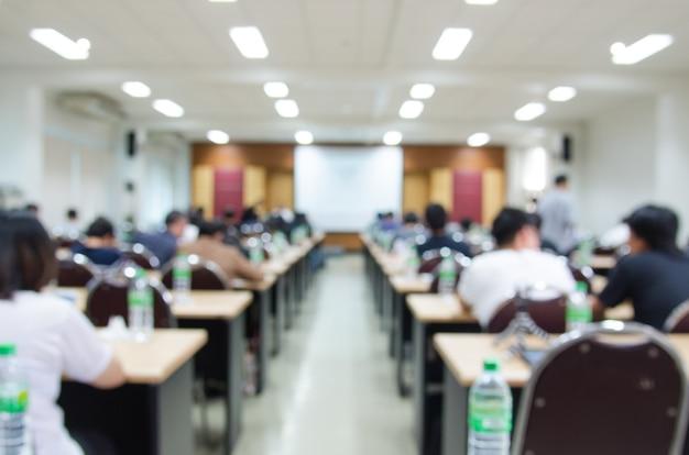Abstracte onduidelijk beeldachtergrond van conferentiezaal of seminarieruimte.