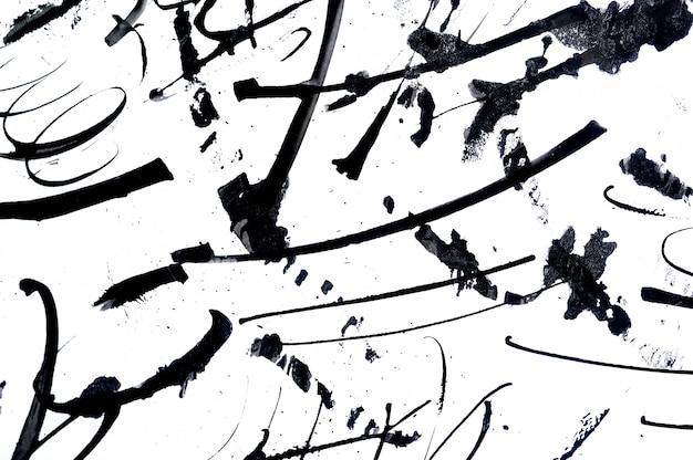 Abstracte penseelstreken en spatten van verf op papier.