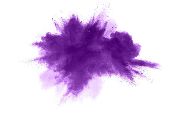 Abstracte purpere poederexplosie op witte achtergrond, bevriest motie van het purpere stof bespatten.