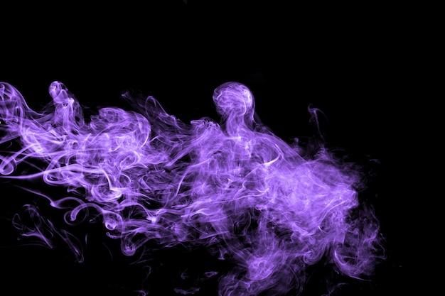 Abstracte purpere rookstroom op zwarte achtergrond. dramatische purpere rookwolken.
