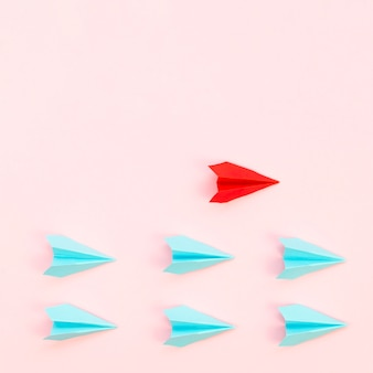 Abstracte regeling met papieren vliegtuigen