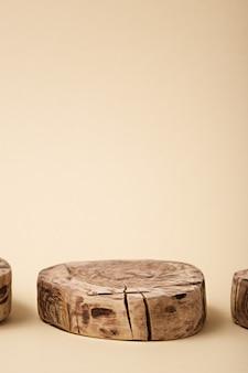 Abstracte ronde houten platform op beige achtergrond