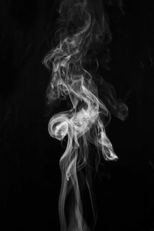 Abstracte rook wervelende beweging op zwarte achtergrond