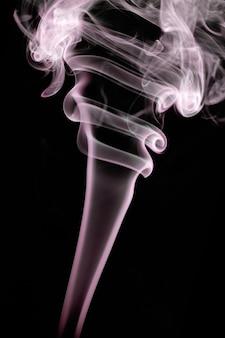 Abstracte rookvormen over een zwarte achtergrond