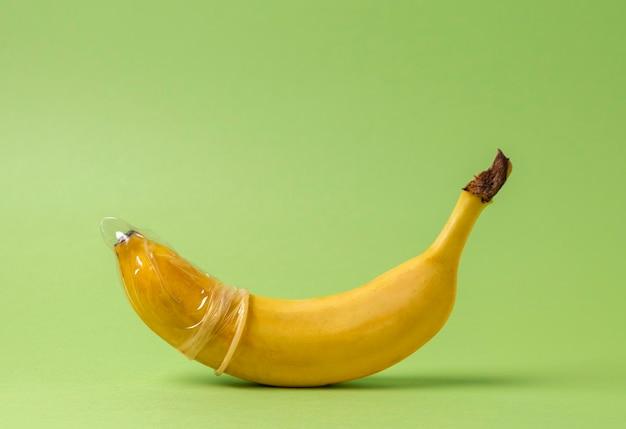 Abstracte seksuele gezondheidsrepresentatie met banaan