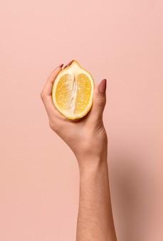Abstracte seksuele gezondheidsrepresentatie met citroen