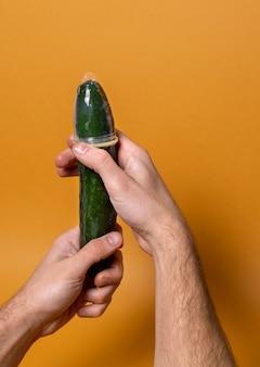 Abstracte seksuele gezondheidsrepresentatie met komkommer