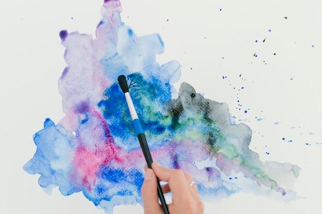 Abstracte spatten van kleurrijke aquarel en blauwe inkt