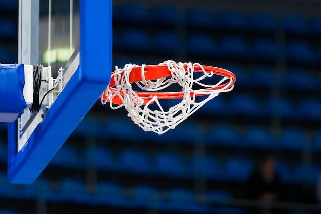 Abstracte sportachtergrond met basketbalhoepel.