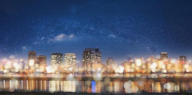 Abstracte stad bij nacht met de lichte achtergrond van bokeh