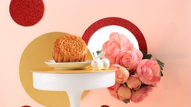Abstracte stilleven medio herfst festival snack maan cake op roze achtergrond, geselecteerde focus, kopie ruimte