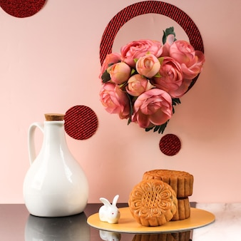 Abstracte stilleven mid autumn festival snack moon cake op roze achtergrond, geselecteerde focus