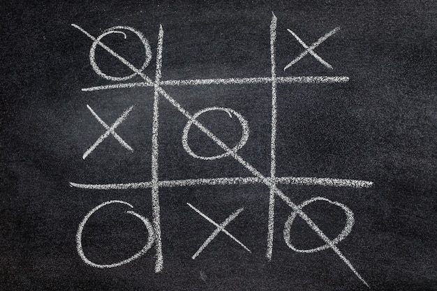 Abstracte tic tac toe game-competitie. xo win challecge concept op zwart bord