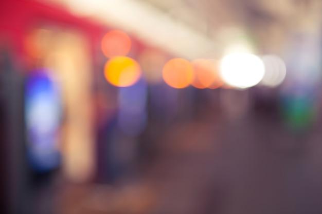 Abstracte vage achtergrond veel mensen lopen en staan in het elektrische station met vintage kleurstijl.