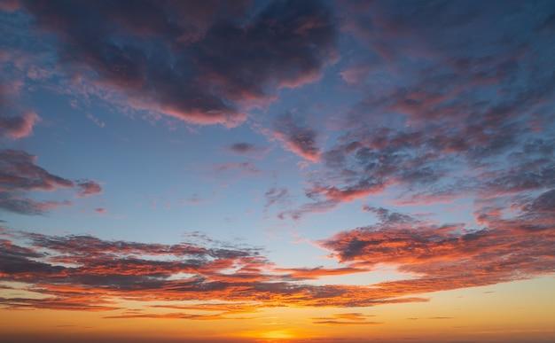 Abstracte verbazingwekkende scène van stuning kleurrijke zonsondergang met wolken achtergrond in de natuur en reizen concept, groothoek opname panorama opname.