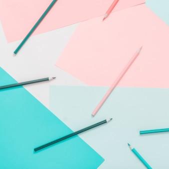 Abstracte verschillende veelkleurige pastel achtergronden met potloden en plaats voor tekst