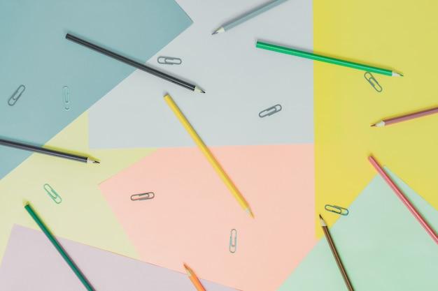 Abstracte verschillende veelkleurige trendy pastel achtergronden met potloden en plaats voor tekst