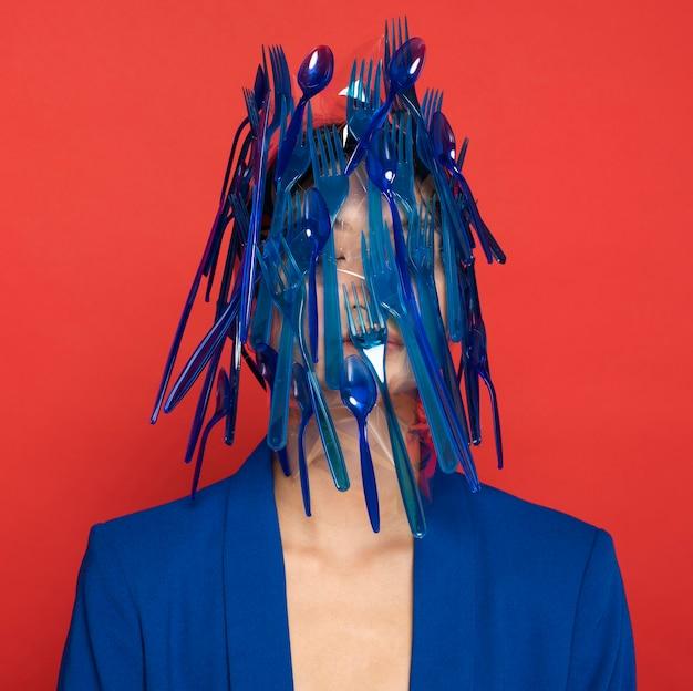 Abstracte vertegenwoordiging van blauw plastic vaatwerkafval