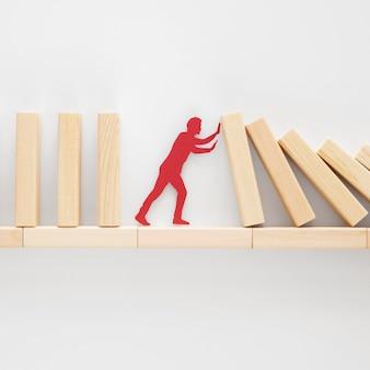 Abstracte vertegenwoordiging van financiële crisis met houten stukken