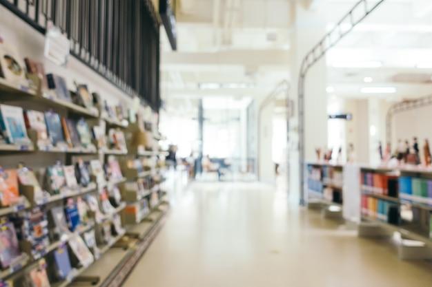 Abstracte vervaging en defocused boekenplank in de bibliotheek