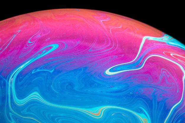 Abstracte verzadigde zeepbel op zwarte achtergrond
