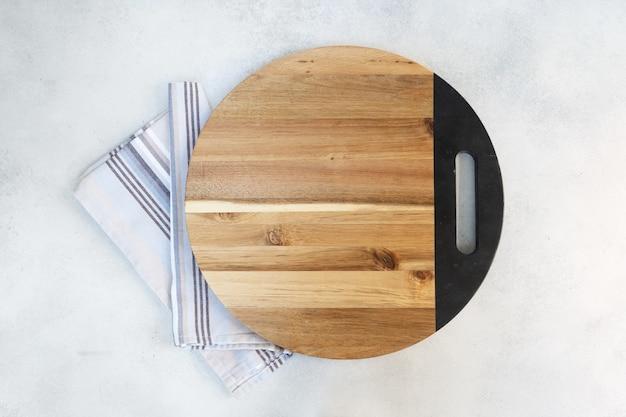 Abstracte voedsel achtergrond houten leeg bord over keukentafel