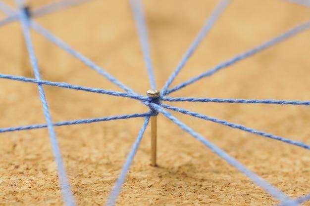 Abstracte weblijnverbinding van kleurengaren van spijkerknoop aan knoop op witte achtergrond, voorzien van een netwerkconcept