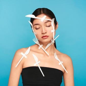 Abstracte weergave van plastic afval op jonge vrouw