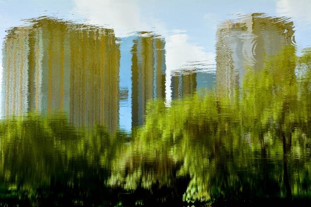 Abstracte weerspiegeling van boom en voortbouwend op het water