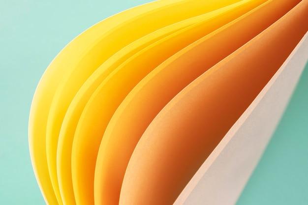 Abstracte wervelingen van gele papieren
