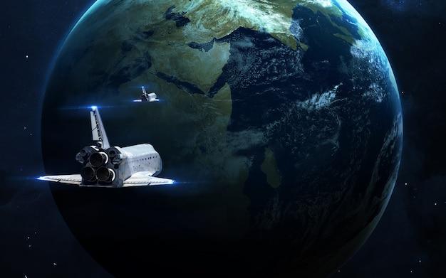 Abstracte wetenschappelijke achtergrond gloeiende planeet in de ruimte, nevel en sterren.