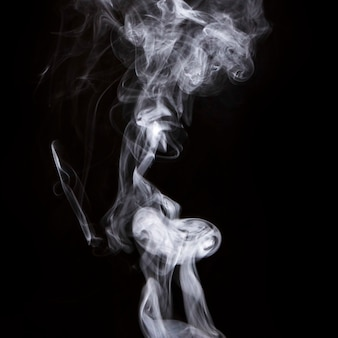 Abstracte witte dichte rookrook op zwarte achtergrond