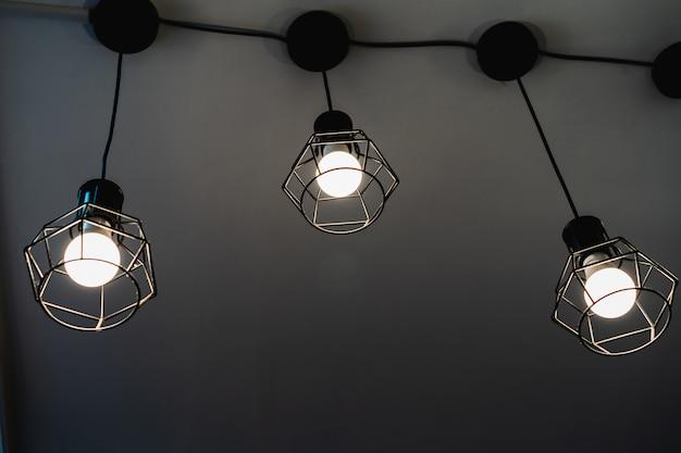 Abstracte witte lichte uitstekende lamp met donkere achtergrond